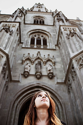 Junge Frau vor dem Münster in Konstanz - p819m970684 von Kniel Mess