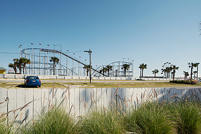 Car in front of theme park - p850m2076385 by FRABO