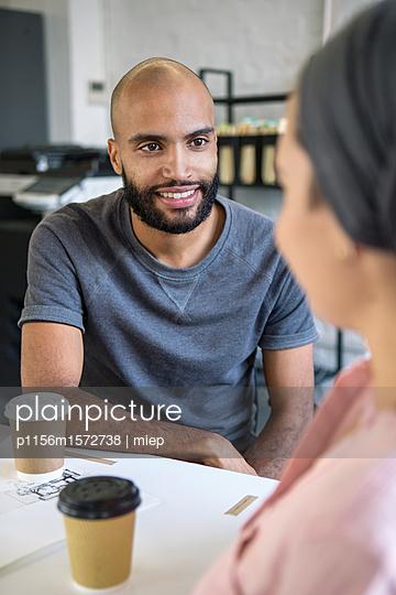 Junge Leute im Gespräch, Startup - p1156m1572738 von miep