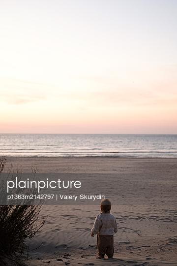 Kleiner Junge am Strand - p1363m2142797 von Valery Skurydin