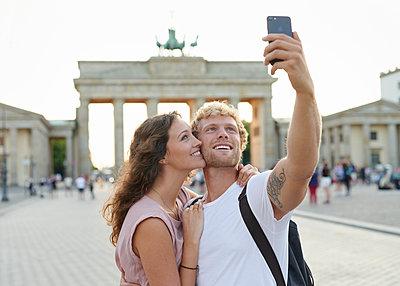 Selfie vor dem Brandenburger Tor - p1124m1463339 von Willing-Holtz