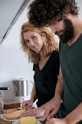 Junges Paar in der Küche - p1212m1502594 von harry + lidy