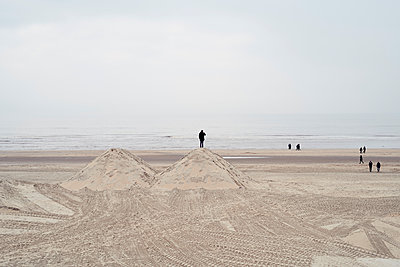 Netherlands, people on the beach - p300m1587970 by Markus Mielek