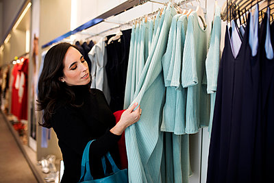 Woman shopping for clothes in a boutique - p300m2084056 by Valentina Barreto