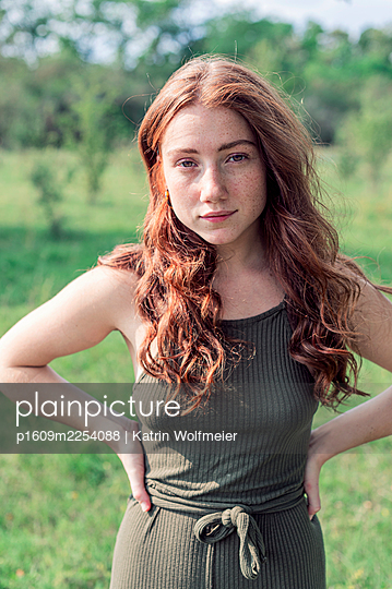 Red-haired woman in the countryside, portrait - p1609m2254088 by Katrin Wolfmeier