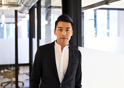 Asiatischer Mann im Büro - p1124m1181495 von Willing-Holtz