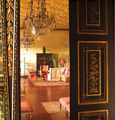 Open black double door with gilt inlays and view into grand salon with Oriental atmosphere - p1183m995794 by Hausmann, Jose-Luis