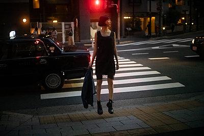 Asiatischer Teenager nachts unterwegs in der Stadt - p1321m2223376 von Gordon Spooner