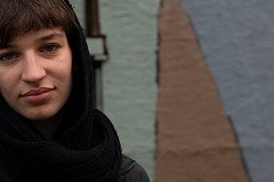 Junge Frau vor bemalter Wand - p1650m2233708 von Hanna Sachau
