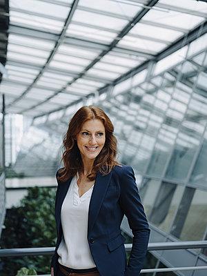 Portait of a confident businesswoman in a modern office building - p300m2243739 by Joseffson