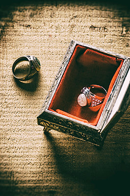 Old rings in jewelry box  - p794m1035061 by Mohamad Itani