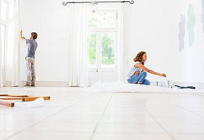 Couple fixing up new home  - p1023m962423f von Martin Barraud