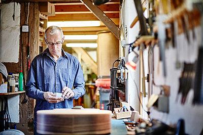 Gitarrenbauer arbeitet in seiner Werkstatt - p1359m1221841 von Great Images