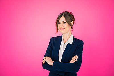 Portrait of confident businesswoman in front of pink wall - p300m1562912 by Robijn Page
