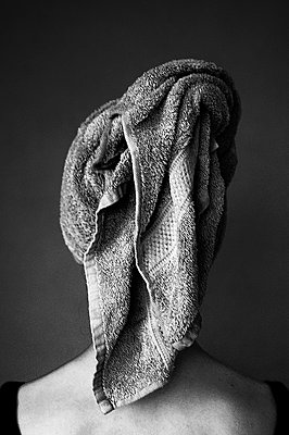 Portrait of a woman with hair in towel - p896m1479527 by Richard Brocken