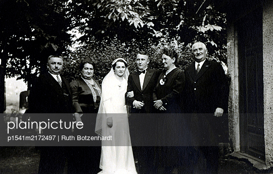 Bridal couple with parents of the bride, group picture - p1541m2172497 by Ruth Botzenhardt