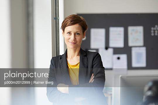 plainpicture - plainpicture p300m2012999 - Attractive businesswoman st... - plainpicture/Westend61/Rainer Berg
