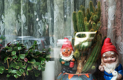 Gardengnomes and indoor plants on windowsill - p1229m2196240 by noa-mar
