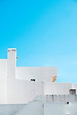 White house under the blue sky - p1423m2013674 by JUAN MOYANO