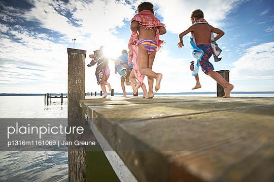 Kinder laufen über einen Steg, Starnberger See, Oberbayern, Bayern, Deutschland - p1316m1161069 von Jan Greune