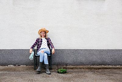 Young woman gardening - p300m2103537 von Epiximages