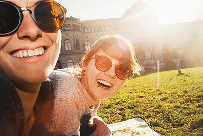 Portrait of two women laughing in park - p300m2103590 von Christian Gohdes