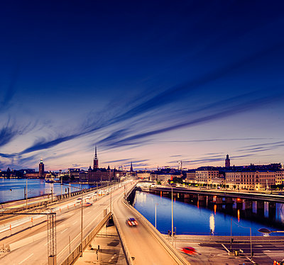 Sweden, Stockholm, Bridges between Sodermalm and Old Town at night - p352m1187403 by Werner Nystrand