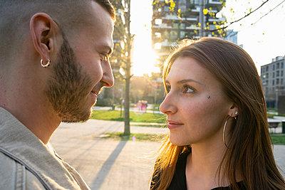 Loving young couple in city, Milano, Lombardia, Italy - p429m2127499 by Francesco Buttitta