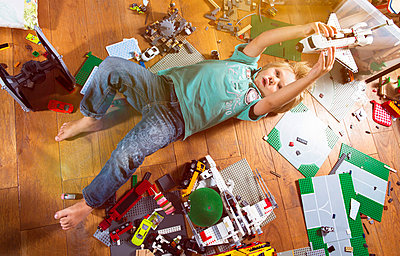 Boy playing with space shuttle - p608m731785 by Jens Nieth