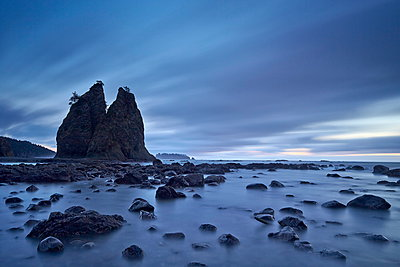 Sea stacks and rocks, Rialto Beach, Washington State, United States of America, North America - p871m929680f by James Hager