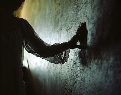 Silhouette einer Frau - p945m2125805 von aurelia frey