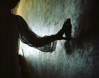 Silhouette of a woman - p945m2125805 by aurelia frey