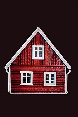 Miniature house - p971m2244943 by Reilika Landen