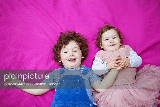 Händchen halten vom großen Bruder - p045m1440050 von Jasmin Sander
