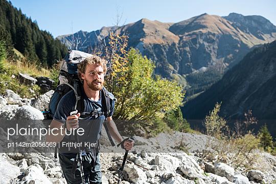Junger Wandersmann in den Bergen - p1142m2056569 von Runar Lind