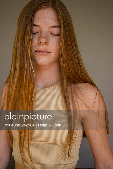 Teenage girl with closed eyes - p1640m2242104 by Holly & John