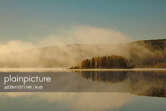 Stiller See im Morgenlicht - p235m1071746 von KuS
