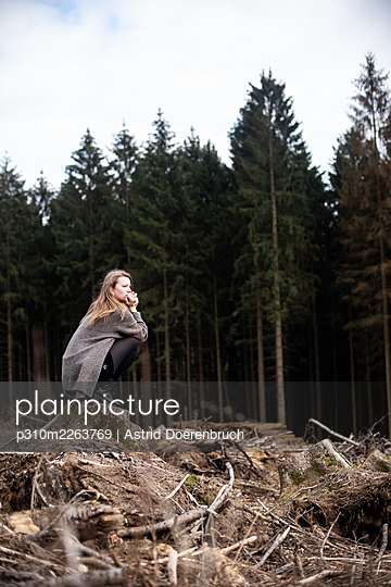 Woman perching on a stump - p310m2263769 by Astrid Doerenbruch