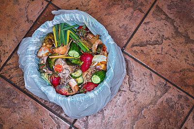 Gemüsereste im Müll - p1057m894145 von Stephen Shepherd