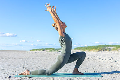 Yoga at the beach - p1678m2258871 by vey Fotoproduction