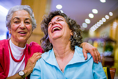 Caucasian women laughing - p555m1491054 by Jed Share/Kaoru Share