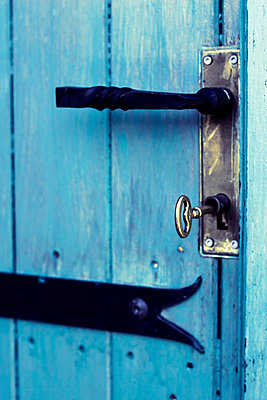 Blue door - p879m1488119 by nico