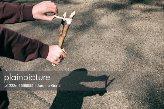 Junge mit einer Zwille - p1222m1585885 von Jérome Gerull