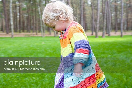 Kleines Mädchen in Regenbogenfarben - p8940032 von Marzena Kosicka