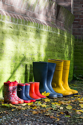 Colourful rubber boots in a row - p1231m1193569 by Iris Loonen