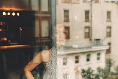Frau schaut aus einem Fenster - p1491m1582661 von Jessica Prautzsch