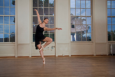 Asian ballerina dancing in studio - p555m1304573 by Christopher Winton-Stahle