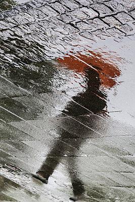 Mann bei Regen - p739m698665 von Baertels