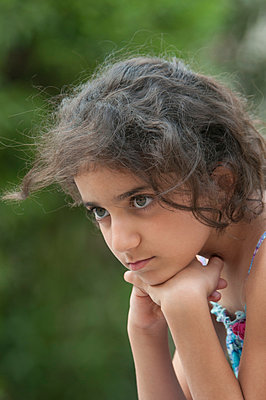 Beautiful little girl looking away - p794m972902 by Mohamad Itani