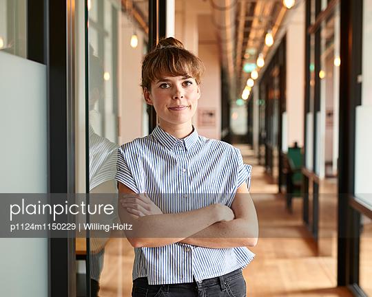 Junge Frau im Büroflur - p1124m1150229 von Willing-Holtz